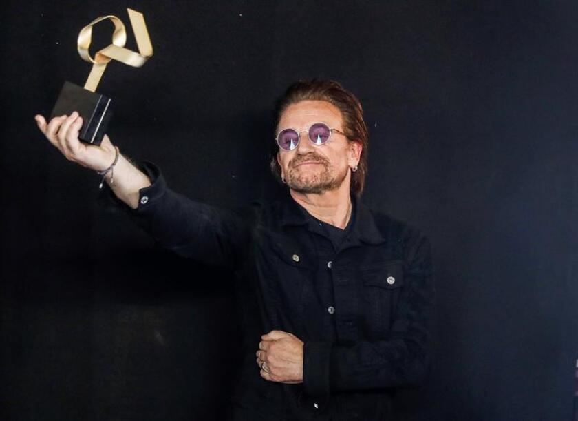 El cantante Bono, de la banda irlandesa U2, posa con el Golden Award. EFE/Archivo
