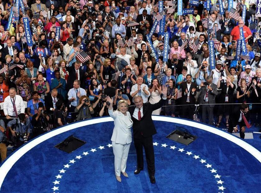 La candidata presidencial, Hillary Clinton, y su compañero de fórmula, Tim Kaine, aparecieron hoy juntos en Filadelfia en su primer acto de campaña después de aceptar la nominación en la Convención Demócrata, que concluyó anoche y dio inicio a la campaña para las elecciones de noviembre
