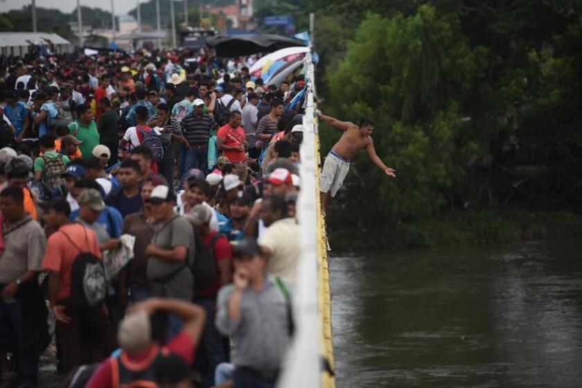 Migrantes hondureños se encuentran en la frontera de México y Guatemala. EFE
