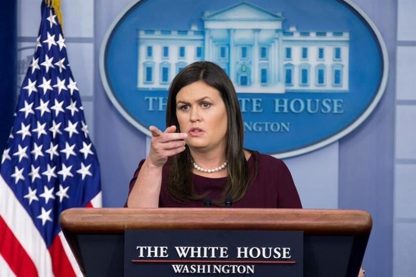 La secretaria de prensa de la Casa Blanca, Sarah Huckabee Sanders, habla con los medios en la Sala de Prensa James Brady de la Casa Blanca, en Washington, DC (EE.UU.). EFE/Archivo