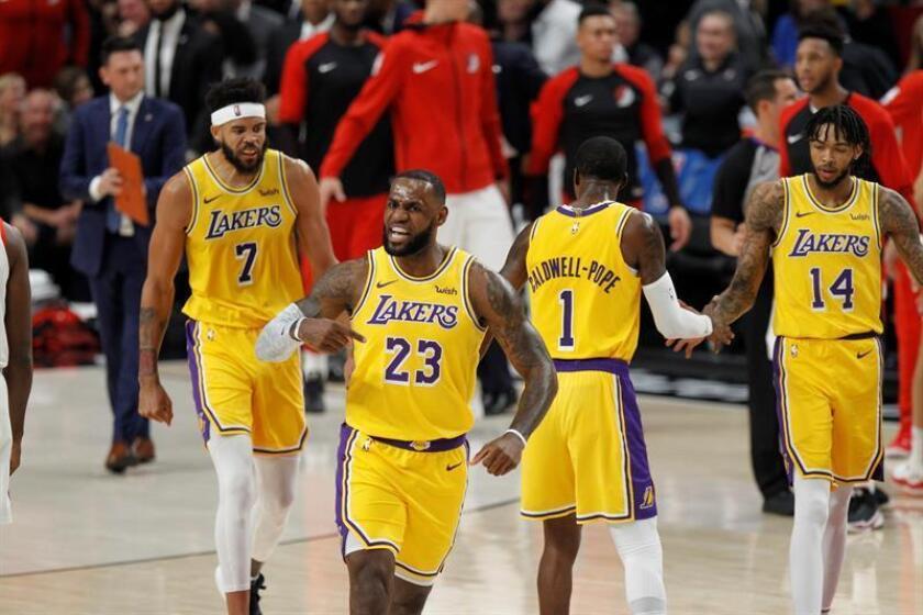 El alero de los Lakers LeBron James (c) celebra una victoria de su equipo. EFE/Archivo