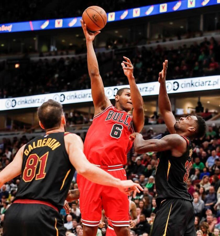 Chicago Bulls forward Cristiano Felicio (C) of Brazil shoots between Cleveland Cavaliers guard Jose Calderon (L) of Spain and Cleveland Cavaliers forward Jeff Green (R) in the first half of the NBA basketball game between the Cleveland Cavaliers and the Chicago Bulls at the United Center in Chicago, Illinois, USA, 17 March 2018. EFE