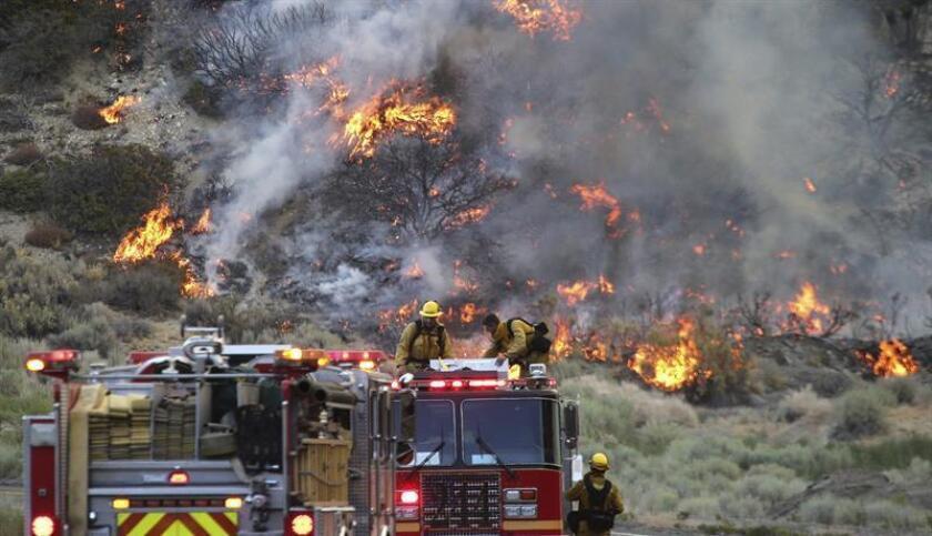 """Más de 2,000 bomberos luchan contra el incendio """"Pawnee"""", en el norte de California."""
