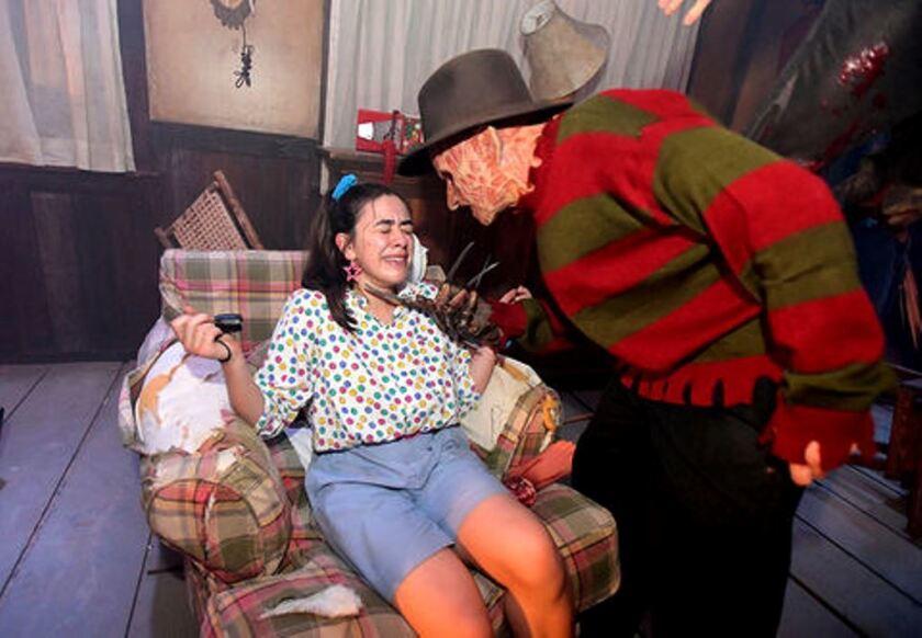 La emblemática figura de Freddy Krueger se hace presente en el evento Horror Made Here de los Estudios Warner.