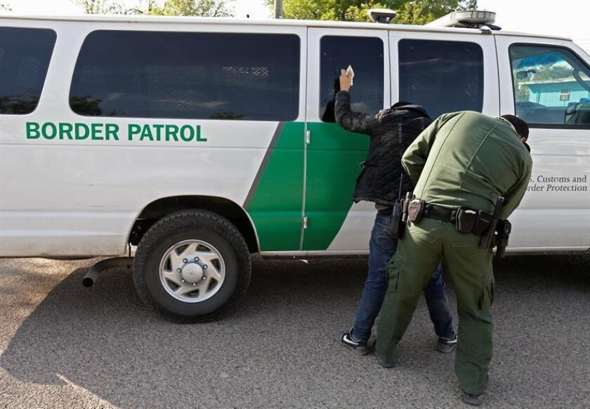 Un agente de la Patrulla de Fronteras de EE.UU. (USBP) cachea a un sospechoso de haber cruzado el río para entrar ilegalmente en Estados Unidos. EFE/Archivo
