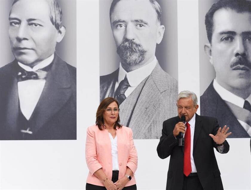 Fotografía cedida hoy, jueves 27 de septiembre de 2018, por el equipo de prensa del presidente electo de México, Andrés Manuel López Obrador (d), acompañado de la próxima secretaria de Energía, Rocío Nahle (i), durante una rueda de prensa en Ciudad de México (México). EFE/Prensa AMLO/SOLO USO EDITORIAL