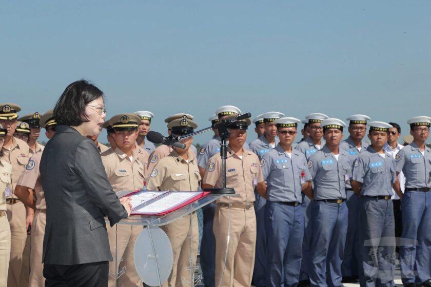Fotografía muestra a la presidenta taiwanesa, Tsai Ing-wen (izq), mientras habla con los marines en la cubierta de la fragata francesa Kang Ding, en la base naval Tzoying de Kaohsiung, al sur de Taiwán. La ceremonia se celebró previamente a la marcha del barco hacia el mar de China Meridional para una misión. Taiwán envió hoy una fragata a la disputada isla Taiping del archipiélago Spratly, para mostrar su rechazo a la sentencia del Tribunal Permanente de Arbitraje de La Haya, que este martes negó a la isla su derecho a 200 millas de zona económica exclusiva y proteger a sus pescadores. Tsai Ing-wen, subrayó hoy la determinación de su gobierno en la defensa de la soberanía sobre Taiping y otras islas del mar de China Meridional, pero abogó por buscar una solución negociada a las disputas que mantienen varios países por controlarlas. EFE/Taiwan Military News Agency