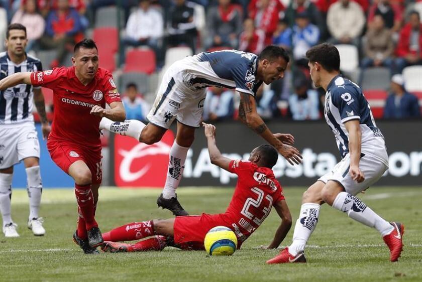 El jugador Luis Quiñones (c-abajo) de Toluca disputa el balón con Leonel Vangioni (c-arriba) de Monterrey hoy, domingo 11 de febrero de 2018, durante el juego correspondiente a la jornada 6 del torneo mexicano de fútbol celebrado en el estadio Nemesio Diez en la ciudad de Toluca (México). EFE