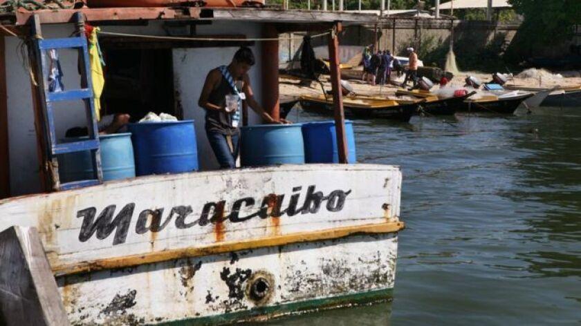 Centenares de tripulaciones se aventuran a navegar, a riesgo de muerte, los 13.000 kilómetroscuadrados del Lago de Maracaibo en peñeros, bongos y chalanas en busca de especies varias para revenderlas. Solo en este municipio, 5.000 hombres en 1.700 embarcaciones ejercen el oficio, según registros de su asociación de pescadores.