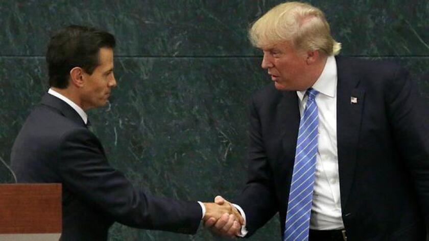 El presidente de México, Enrique Peña Nieto, estrecha la mano de Donald Trump, por entonces candidato republicano a la presidencia, después de una declaración conjunta en Los Pinos, la residencia oficial del primer mandatario, en Ciudad de México, el 31 de agosto de 2016.