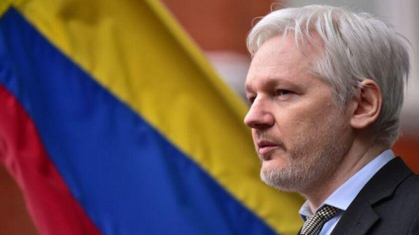 El gobierno de Ecuador confirmó este jueves que le concedió la nacionalidad de ese país al fundador de WikiLeaks, Julian Assange, en un intento de acreditarlo como diplomático de su embajada en Londres.