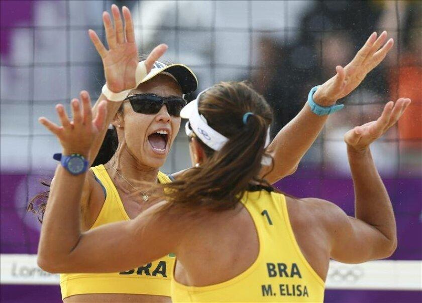 En la imagen, la brasileña Talita Rocha (i) celebra con su compañera Maria Antonelli (d). EFE/Archivo