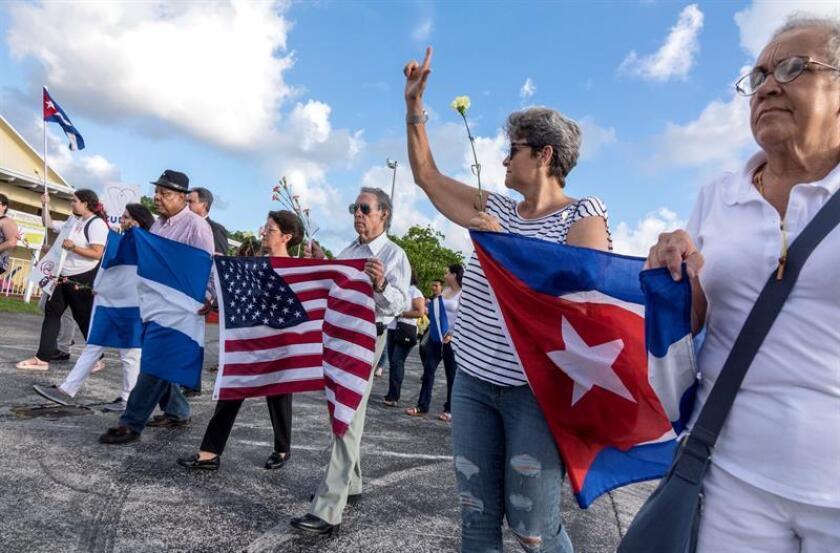 """Decenas de activistas asisten a la vigilia mundial """"United for the Victims of Repression"""" en Miami. La vigilia se celebró en más de 50 ciudades de todo el mundo para protestar contra la represión de personas en Venezuela, Nicaragua y Bolivia y Cuba. EFE"""