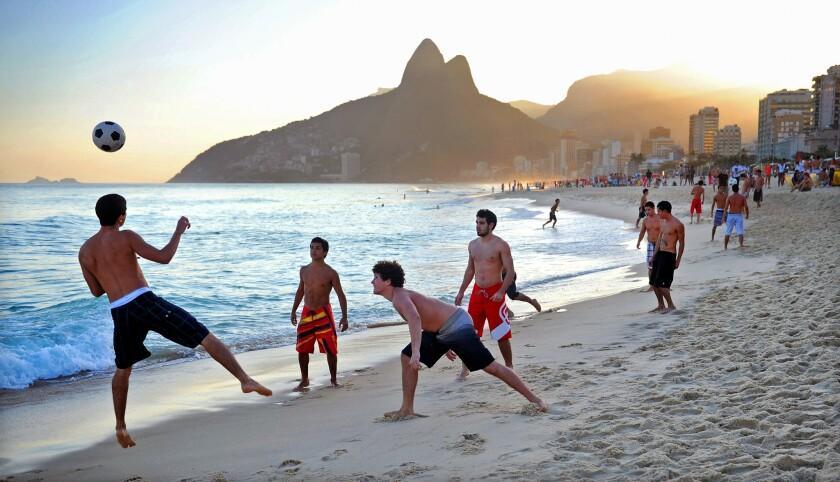 El futbol y la playa se unen en Futvolei.