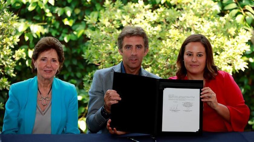 El rejoneador español Pablo Hermoso de Mendoza (c), la secretaria de Cultura de México, María Cristina García (i), y la directora ejecutiva del Fideicomiso Fuerza México, Alejandra Kuri (d), participan hoy, viernes 20 de abril de 2018, en un acto celebrado en Ciudad de México (México). EFE