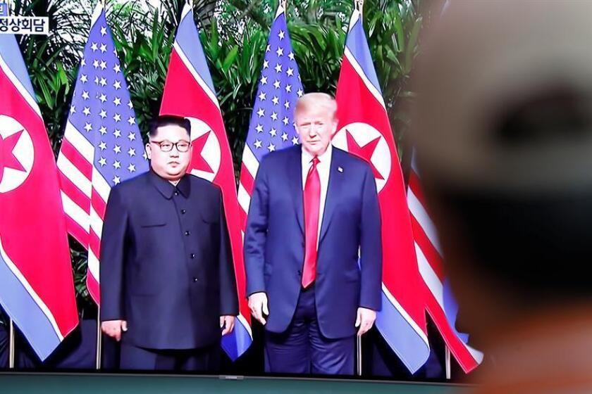 Ciudadanos surcoreanos observan en directo la transmisión de la cumbre en Singapur entre el líder norcoreano, Kim Jong-un (i-pantalla), y el presidente estadounidense, Donald J. Trump. EFE/Archivo