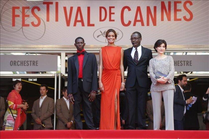 """(i-d) La productora Florence Stern, el director de Chad Mahamat-Saleh Haroun, el actor de Chad Souleymane Deme, la actriz francesa Anais Monory, posan a su llegada a la presentación de la película """"Grigris"""", un filme presentado en la Competición Oficial de la 66 edición del Festival de Cine de Cann"""
