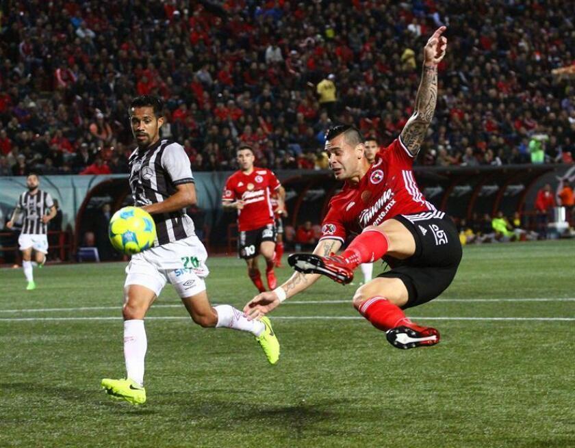 El jugador de Tijuana Milton Caraglio (d) disputa el balón con Jairo González (i) de Necaxa hoy, viernes 10 de febrero de 2017, durante un partido de la jornada seis del Torneo Clausura del fútbol mexicano realizado en el estadio Caliente en la ciudad mexicana de Tijuana. EFE