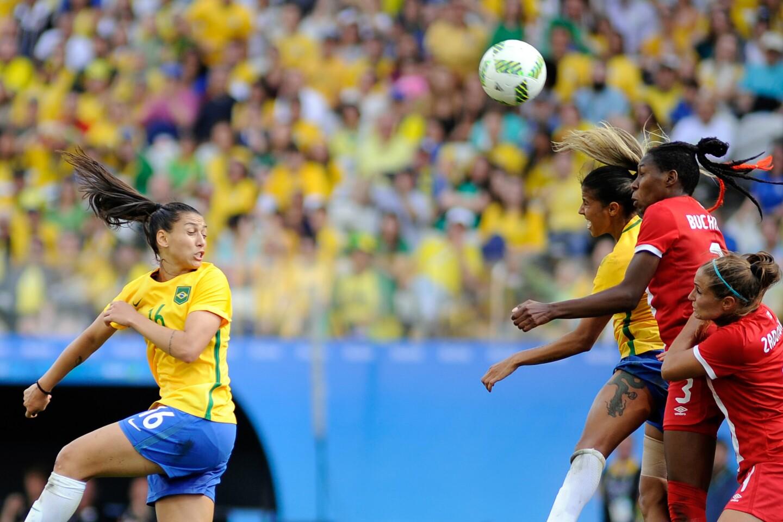 La jugadora de Brasil Beatriz (i) cabecea ante Canadá, durante el partido por la medalla de bronce de fútbol femenino de los Juegos Olímpicos Río 2016 en el estadio Arena Corinthans de Sao Paulo. Canadá ganó 2-1.