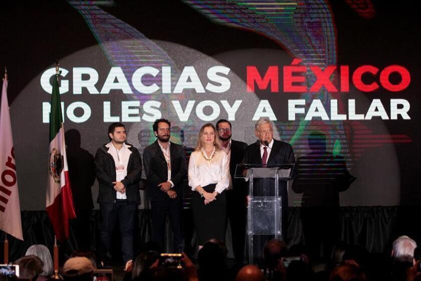 El izquierdista Andrés Manuel López Obrador recibió de inmediato felicitaciones de todo tipo, desde el presidente de Estados Unidos, Donald Trump, a políticos y empresarios por su triunfo el domingo en la elección presidencial de México. EFE