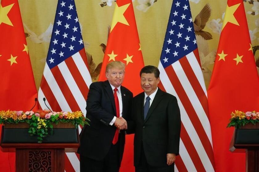 El presidente estadounidense, Donald J. Trump (i), y el presidente chino, Xi Jinping (d), se dan la mano durante una rueda de prensa el jueves 9 de noviembre e 2017, en el Gran Palacio del Pueblo, en Pekín (China). EFE/Archivo