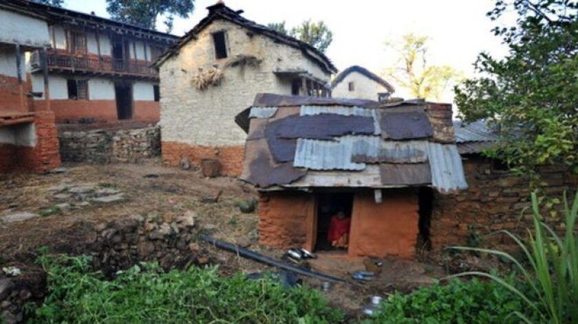La policía de Nepal investiga la muerte de una niña de 15 años que fue recluida en un cobertizo poco ventilado porque estaba menstruando.