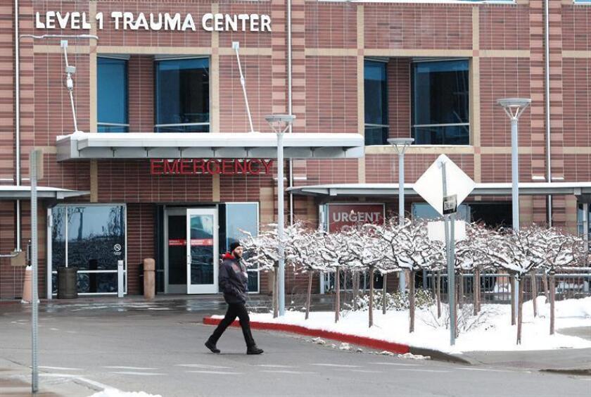 Una persona camina hoy frente al centro de Traumas del Hospital de Utah donde fue llevado el joven golpeado Luis Gustavo en Salt Lake City, Utah (EE.UU.). EFE
