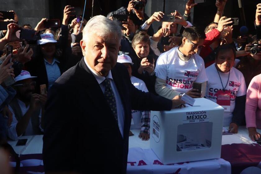 """El presidente electo de México, Andrés Manuel López Obrador, emitió su voto en la consulta por la que se decide si continúan o no las obras del Nuevo Aeropuerto Internacional de México (NAIM), y pidió a los ciudadanos que no tengan """"miedo"""" a las repercusiones económicas que pueda haber, en la capital del país. EFE/Archivo"""