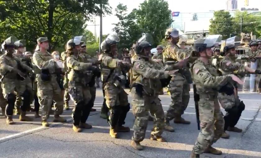 Elementos de la Guardia Nacional bailan 'La Macarena' en el centro de Atlanta con manifestantes, en una protesta pacífica.