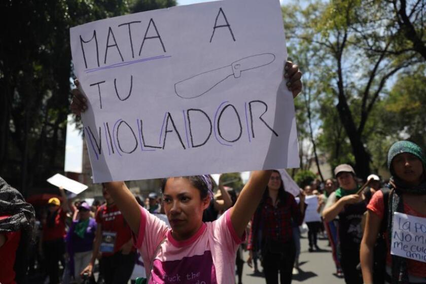 Mujeres protestan en contra de los abusos sexuales por parte de la policía, este lunes en las instalaciones de la Secretaria de Seguridad Pública y la Procuraduría General de Justicia, en Ciudad de México (México). EFE/Sáshenka Gutiérrez