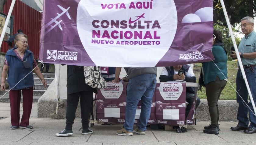 Gente votando durante un referendo sobre el nuevo aeropuerto para reemplazar al actual Aeropuerto Internacional Benito Juárez, en la Ciudad de México.