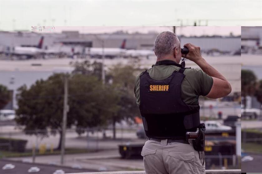 El exmilitar Esteban Santiago Ruiz, un joven de 26 años nacido en Nueva Jersey, es el hombre señalado por el senador por Florida Bill Nelson como el presunto autor del ataque ocurrido hoy en el aeropuerto de Fort Lauderdale (Florida) y que acabó con la vida de cinco personas. EFE
