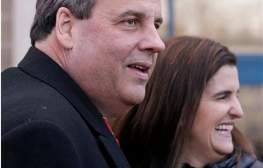 Chris Christie, gobernador de New Jersey y aspirante a la candidatura presidencial republicana, visita una casilla electoral junto con su esposa Mary Pat.(Foto AP/Charles Krupa)