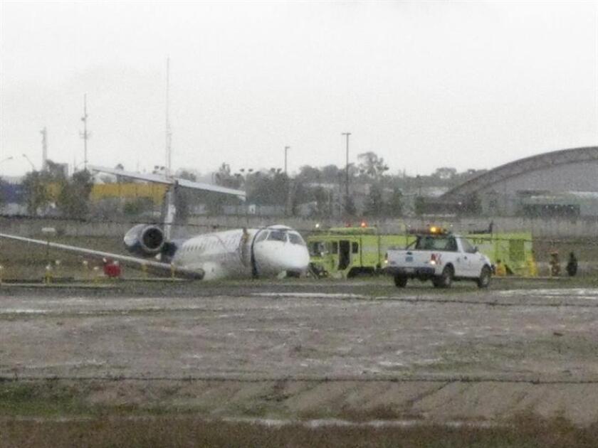 Un tercer piloto, sin experiencia y que estaba en adiestramiento, maniobró, hasta 8 segundos antes de su desplome, el avión que se accidentó en el Aeropuerto de Durango, noroeste de México, el 31 de julio de 2018, informó la Dirección General de Aeronáutica Civil (DGAC). EFE/Archivo
