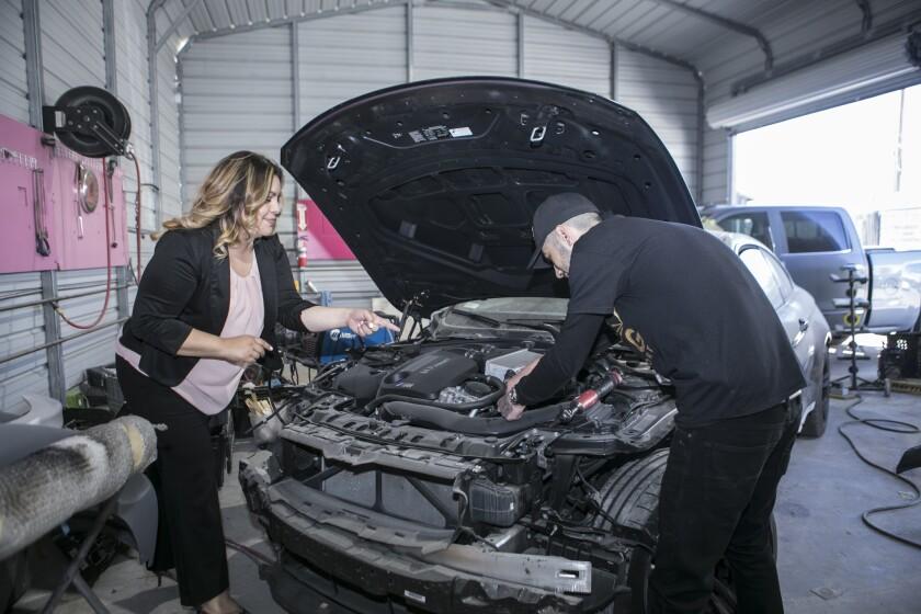 Inspiradas en el movimiento #MeToo, mujeres toman el mando de taller automotriz