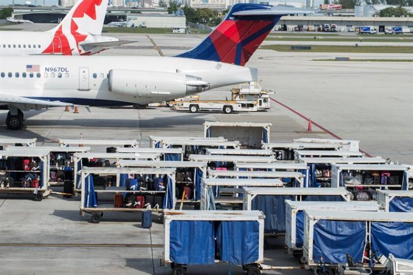 El aeropuerto internacional Sunport de Alburquerque fue cerrado hoy varias horas debido a que un hombre amenazó con suicidarse en la terminal principal del aeródromo, por lo que se desviaron y cancelaron numerosos vuelos. EFE/ARCHIVO