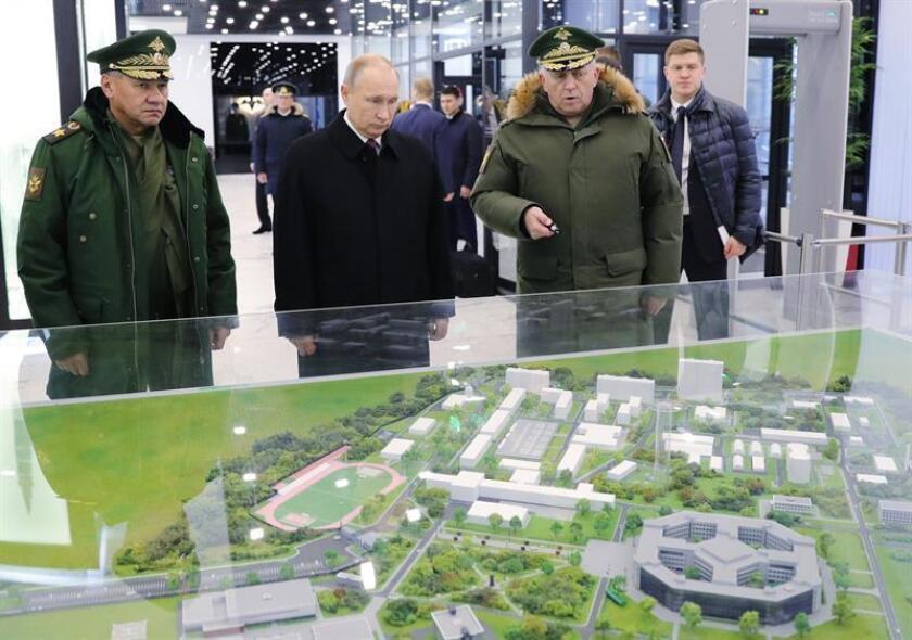 """El presidente ruso, Vladimír Putin (c), y el ministro de Defensa, Serguéi Shoigu (izq), visitan la academia militar de fuerzas estratégicas de misiles """"Pedro el Grande"""" en Balashiha, a las afueras de Moscú (Rusia) hoy, 22 de diciembre de 2017. EFE/ Michael Klimentyev"""