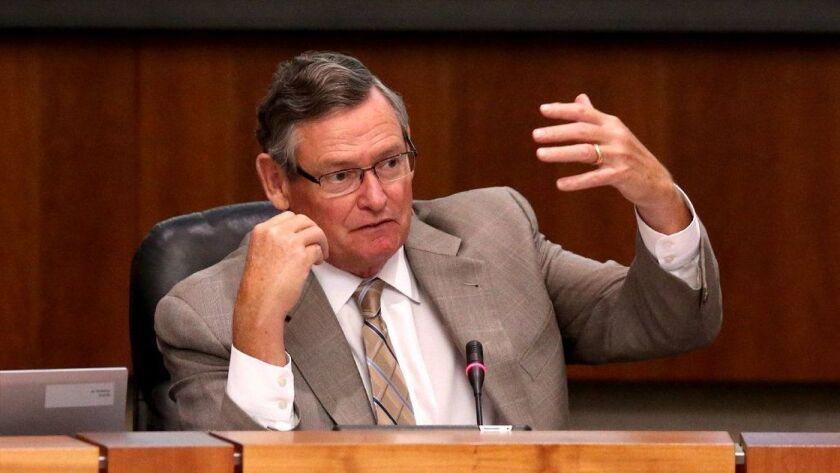 El rector de Cal State, Timothy P. White, habla durante una reunión de la junta directiva, en julio pasado.