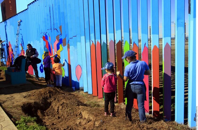 Decenas de voluntarios pintan desde el jueves el muro de la frontera entre Tijuana y San Diego, California, por iniciativa del artista plástico Enrique Chiu, quien dijo que la meta son 2 mil metros lineales y terminar en abril de 2017.