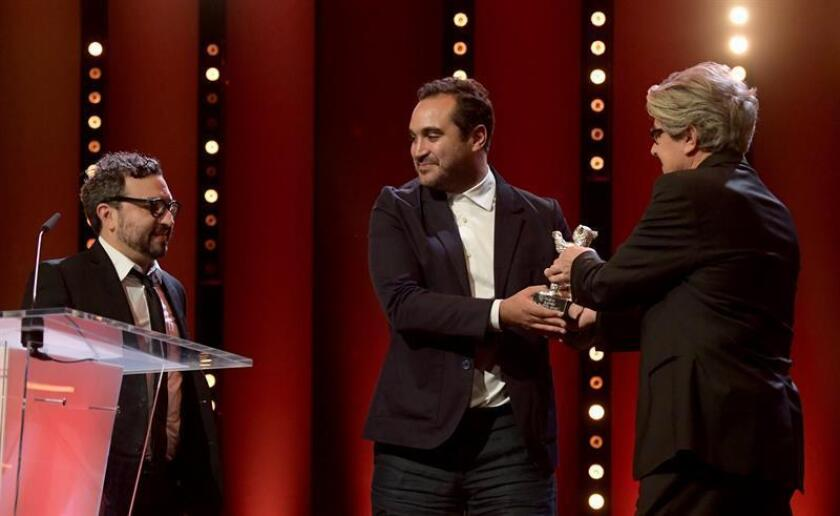 (L-R) Mexican director Alonso Ruizpalacios and Writer and producer Manuel Alcala receive the award trophy 'Silver Bear' for Museo' from jury member Chema Prado at the closing and award ceremony of the 68th annual Berlin International Film Festival (Berlinale), in Berlin, Germany, 24 February 2018. EFE