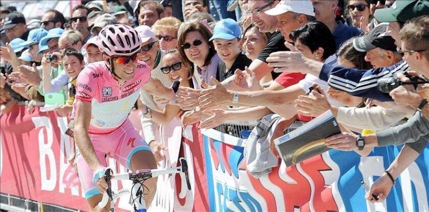 El corredor italiano Vincenzo Nibali, del equipo Astana, se da un baño de masas en la última etapa de la 96 edición del Giro de Italia. EFE