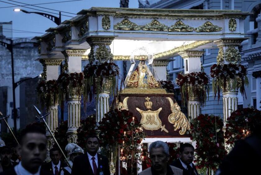 Peregrinos se dirigen a la Catedral Metropolitana de Guadalajara durante un romería en honor a la virgen de Zapopan, en Guadalajara, estado de Jalisco (México). EFE/Archivo