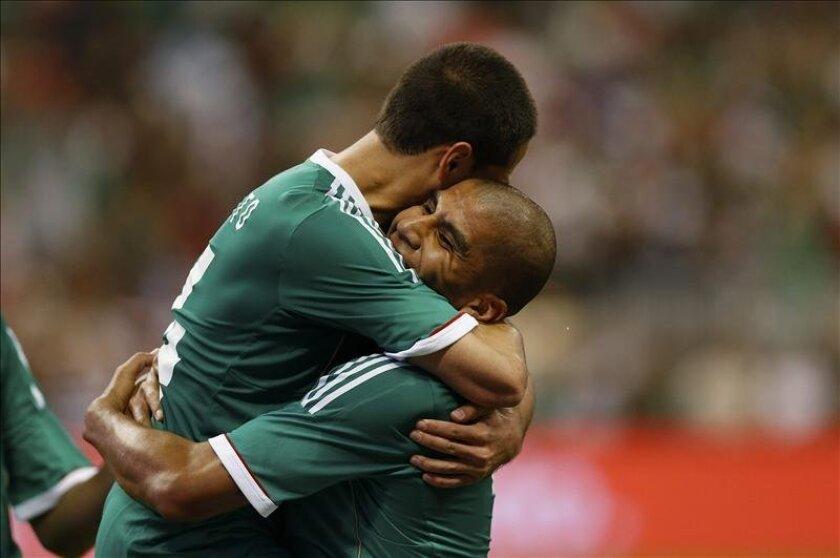 En la imagen, el jugador Javier Hernández (i) de México celebra con Carlos Salcido (d) tras su anotación ante Nigeria durante el partido amistoso disputado en el estadio Reliant en Houston, Texas (EEUU). EFE
