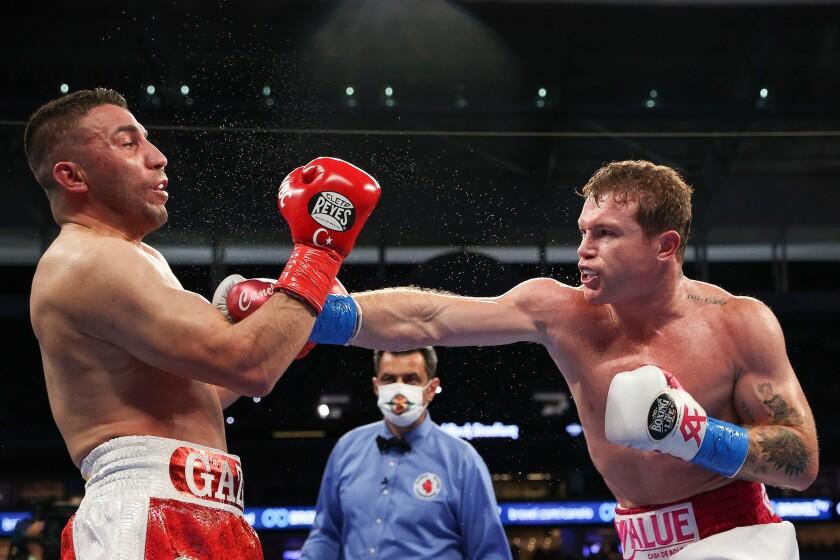 Saúl Álvarez golpea a Avni Yildirim durante la pelea del sábado.
