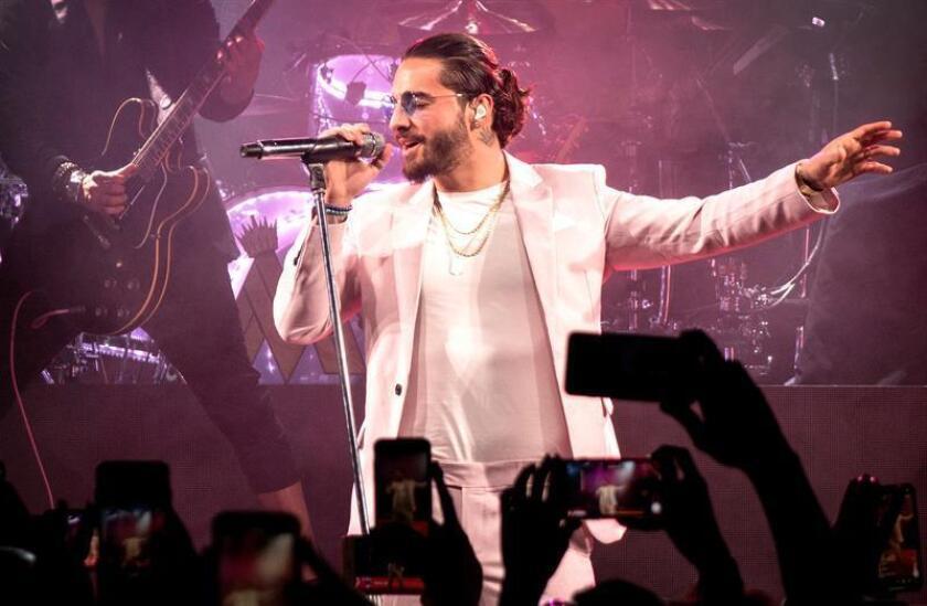 """El cantante colombiano Maluma canta en el Faena Theatre en Miami Beach, Florida, (Estados Unidos) hoy, miércoles 14 de marzo de 2018. Maluma presentó hoy en Miami (EEUU) la versión en español de """"Colors"""", uno de los temas del Mundial Rusia 2018 y que en inglés es interpretado por el artista Jason Derulo. EFE"""