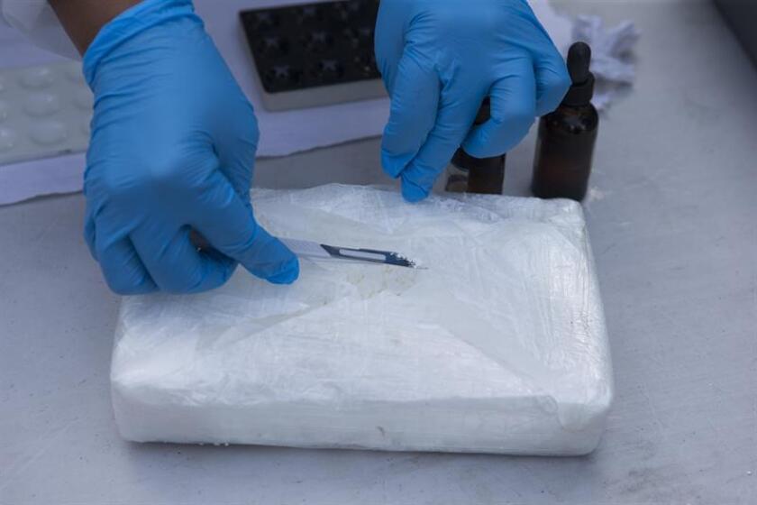 Fotografía de una persona revisando un paquete de cocaína. EFE/Archivo