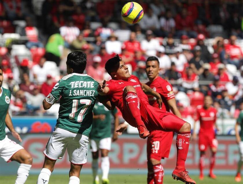 El jugador de Toluca Alexis Vega (d) y Jesús Sanchez (i) de Chivas disputan el balón. EFE/Archivo