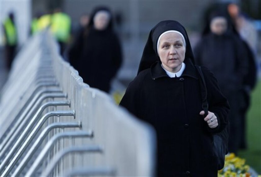 Nuns arrive of a national memorial service in Pilsudski Square in Warsaw on early Saturday, April 17, 2010  in Warsaw, Poland.  Polish President Lech Kaczynski was killed in a plane crash in Russia last Saturday. (AP Photo/Markus Schreiber)