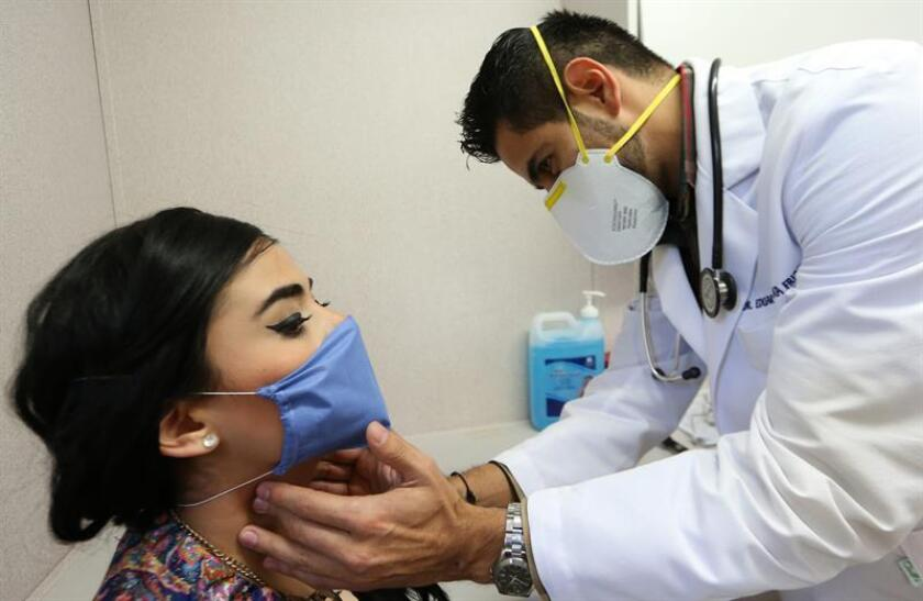 Fotografía que muestra a una mujer mientras recibe atención médica por un posible problema respiratorio en el Hospital General de Occidente, en el municipio de Zapopan (México). EFE/Archivo