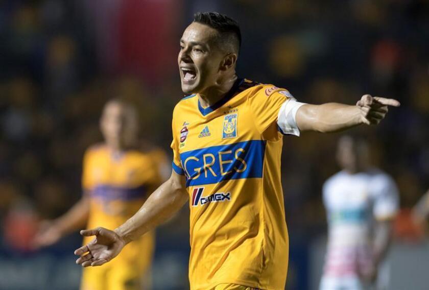 Junior Anselmo de Tigres reclama una jugada ante Herediano hoy, martes 27 de febrero de 2018, durante el partido de vuelta por los octavos de final de la Liga de Campeones de la CONCACAF disputado entre los Tigres de la UANL de Mexicano y el Club Sport Herediano de Costa Rica, en el estadio Universitario de Monterrey (México). EFE